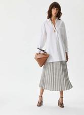 Camisa blanca con tapeta en zigzag (de 118 a 39 euros).