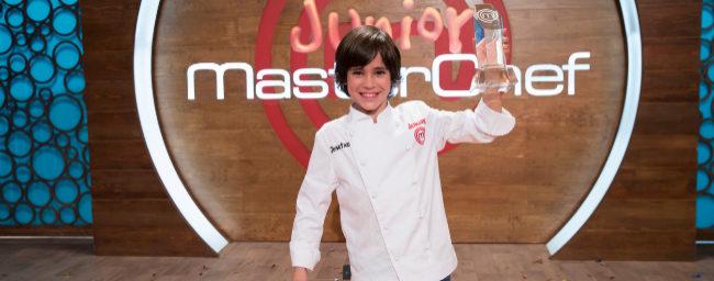 Josetxo Pérez, ganador de 'MasterChef Junior 6', con su trofeo.