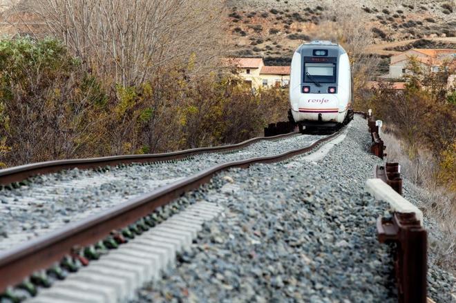 Vista de un tren de pasajeros en la línea de ferrocarril Teruel- Zaragoza.
