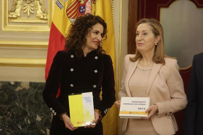 La ministra de Hacienda, María Jesús Montero, entrega a la presidenta del Congreso, Ana Pastor, el proyecto de Ley de Presupuestos Generales del Estado.