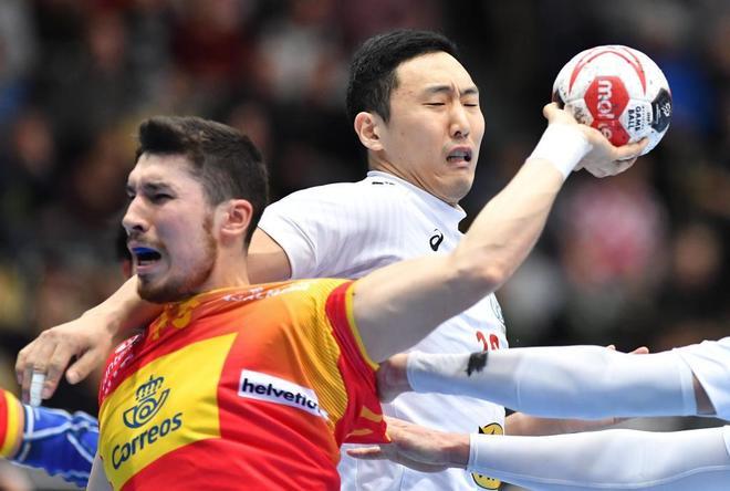 Alex Dujshebaev (i), en acción con el japonés Kohei Narita.