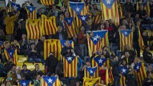 Varias personas sostienen banderas 'estelades'.