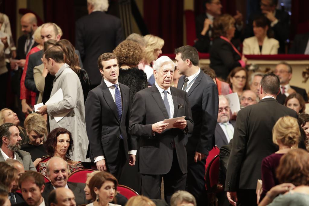 Pablo Casado y Mario Vargas Llosa, en los premios Princesa de Asturias.