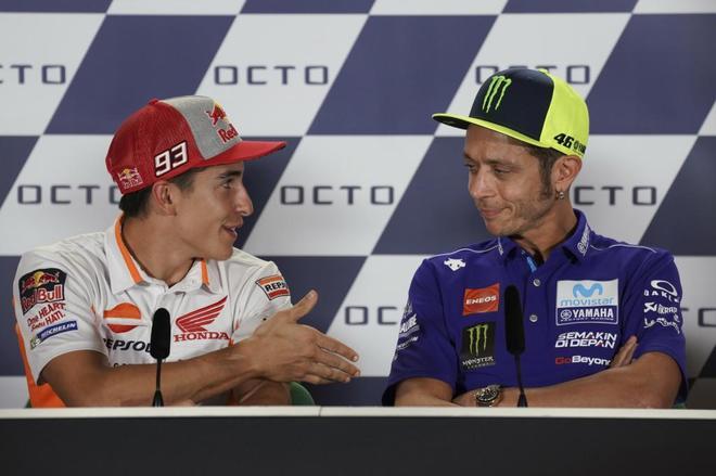 Márquez le ofrece la mano a Rossi antes del GP de San Marino, el pasado septiembre.