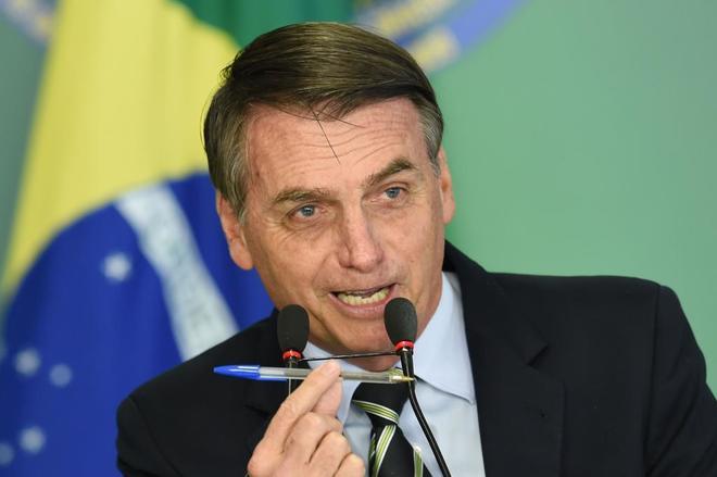 El presidente brasileño durante la firma del decreto para flexibilizar la posesión de armas, en Brasilia.