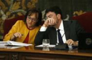 La vicealcaldesa Mari Ángeles Goitia y el alcalde de Alicante, Luis Barcala, en un pleno municipal.