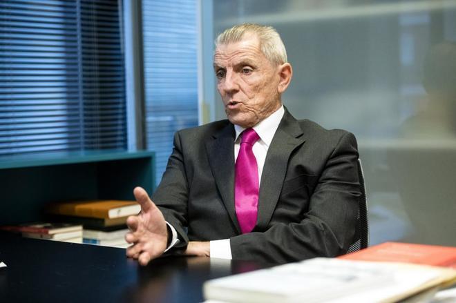El ex presidente de la CNMV, Manuel Conthe, durante su entrevista con...