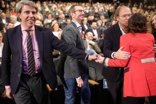 Ángel Garrido da la mano a Isabel Díaz Ayuso (de espaldas) mientras ésta saluda a Pío García-Escudero.