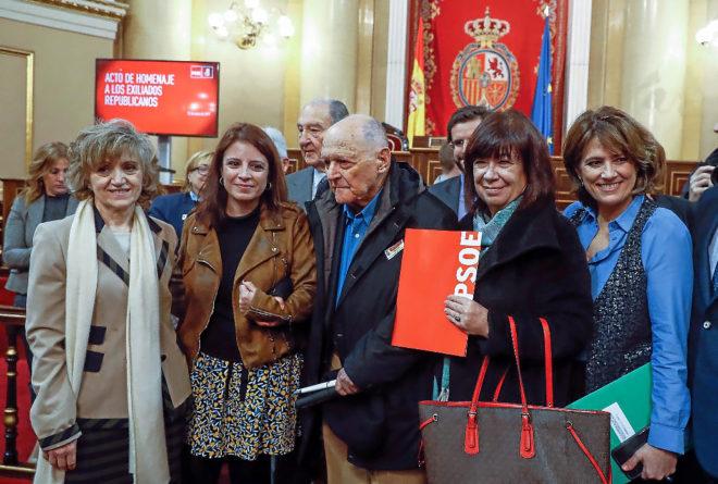 Las ministras de Justicia y Sanidad, Dolores Delgado y María Luisa Carcedo; la presidenta del PSOE, Cristina Narbona, y vicesecretaria general, Adriana Lastra, junto a un exiliado republicano