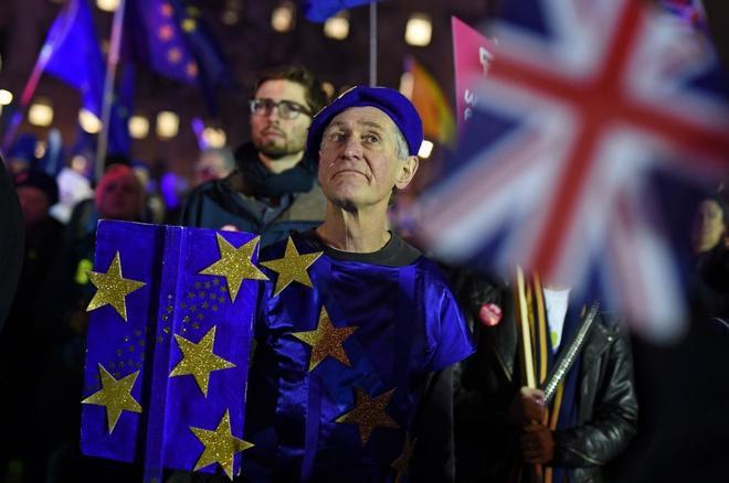 Activistas antiBrexit y partidarios de la salida de la UE protestan frente al Paralmento.