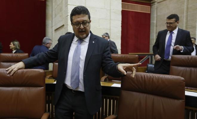 El portavoz de Vox en el Parlamento de Andalucía, Francisco Serrano, momentos antes de su intervención.