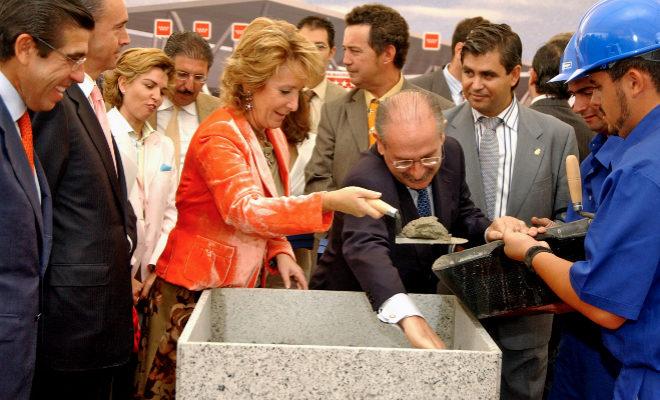 Esperanza Aguirre coloca la primera piedra del hospital Infanta Cristina, en septiembre de 2005.