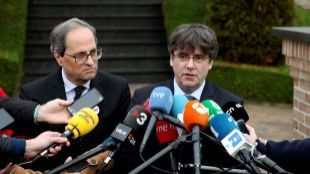 El presidente de la Generalitat de Cataluña, Quim Torra, junto al ex...