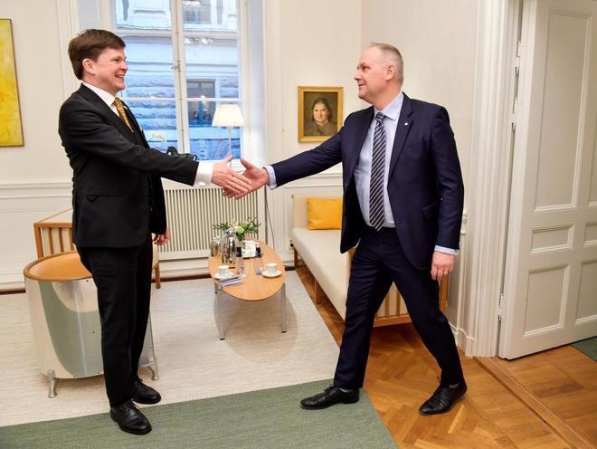 El líder del socialista Partido de la Izquierda, Jonas Sjöstedt (dcha) ,se reúne con el presidente del Parlamento, Andreas Norlen, en Estocolmo.
