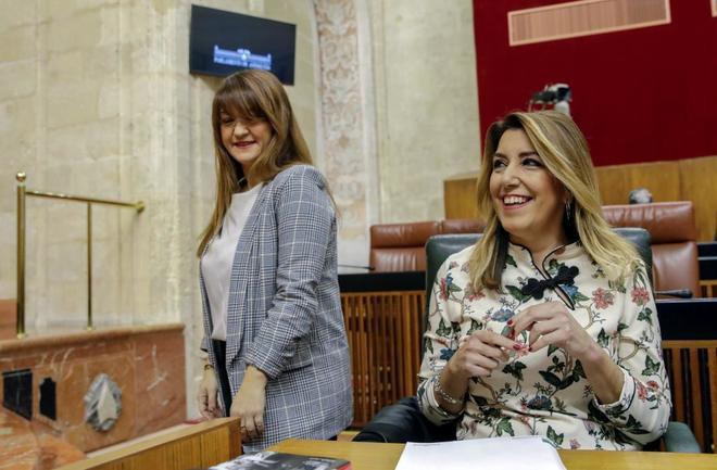 Susana Díaz, este martes en el Parlamento andaluz con la vicepresidenta de la Mesa, Verónica Pérez.