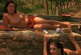 Tras el suicidio de su madre, una joven america (Liv Tyler) viaja a la...