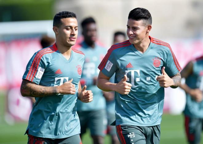 James (derecha) junto a Thiago Alcántara (i) en un entrenamiento del Bayern.