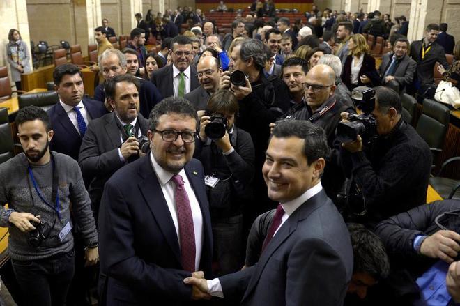 Juan Manuel Moreno Bonilla recibe la felicitación de Francisco...