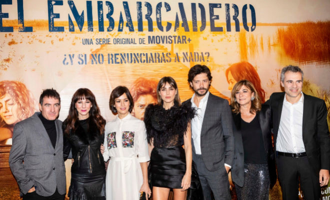 Los protagonistas y creadores de la serie El Embarcadero, durante el estreno de los dos primeros capítulos en los Cines Lys de Valencia.