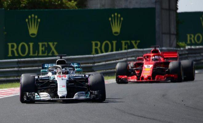 Hamilton, por delante de Vettel, durante el último GP de Hungría.