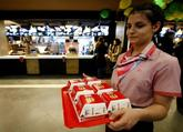 Una empleada de McDonald's con varios Big Macs, en imagen de archivo.