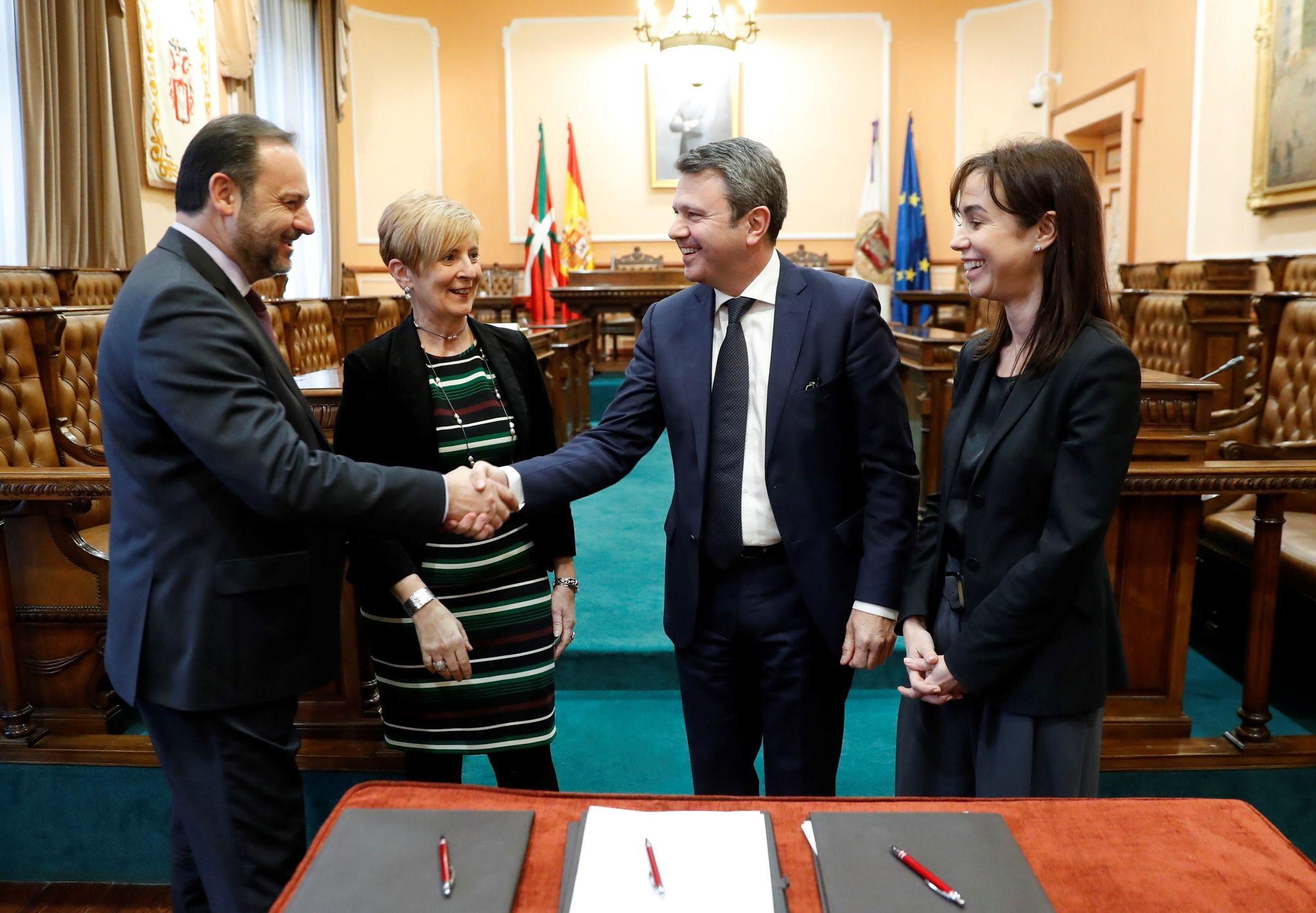 El ministro Ábalos estrecha la mano del alcalde Santano ante Arantxa Tapia e Isabel Pardo de Vera.