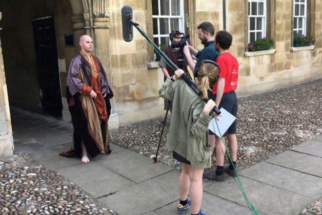 Los alumnos del St John's College de Cambridge ruedan 'El pobre de...