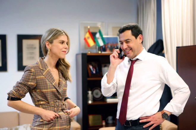 El nuevo presidente andaluz, Juanma Moreno, junto a su esposa, Manuela...