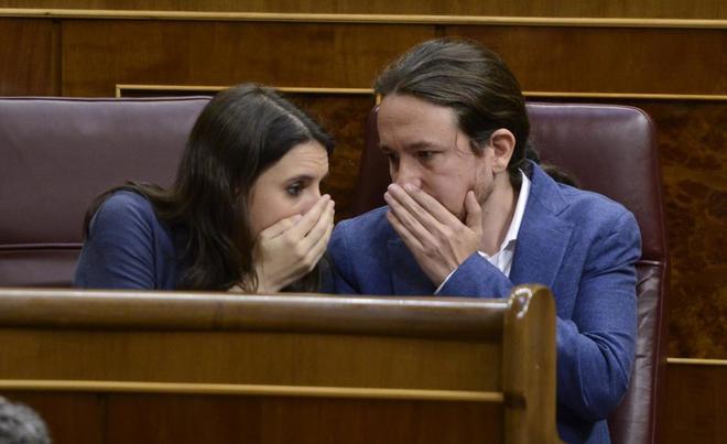El secretario general y la portavoz de Podemos, Pablo Iglesias e Irene Montero, en el Congreso