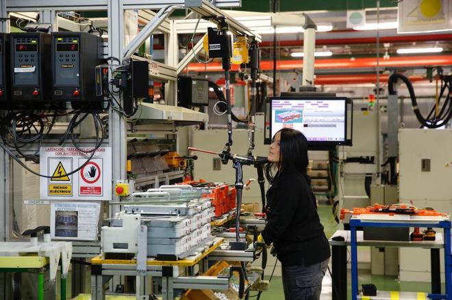 Una empleada en la línea de producción de la factoría de Nissan, en la Zona Franca de Barcelona.