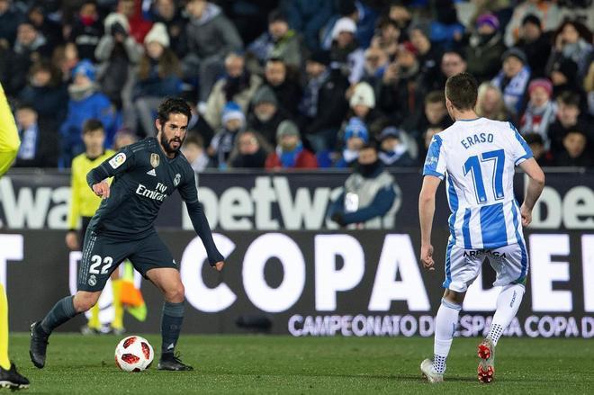 Isco controla el balón ante Eraso,  en el Leganés - Real Madrid de Copa.
