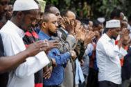 Cientos de personas rezan durante el funeral por algunas de las víctimas mortales del atentado yihadista de este martes en Nairobi (Kenia).