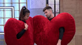 Sofía Suescun y Alejandro Albalá, disfrazados como un corazón, en...