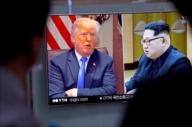 Surcoreanos siguen por televisión informaciones sobre Donald Trump y Kim Jong-un.