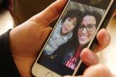 Farah muestra en el móvil una fotografía suya con su hijo.