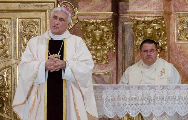 El obispo Rafael Zornoza, el 'acusado', junto a Rafael Vez, respetado cura, quien ya no aguanta más los desmanes del prelado.