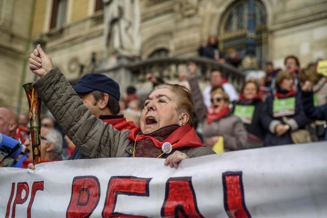 Pensionistas se manifiestan, este lunes, en Bilbao.