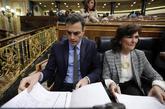 Pedro Sánchez y Carmen Calvo, en una sesión de control en el...