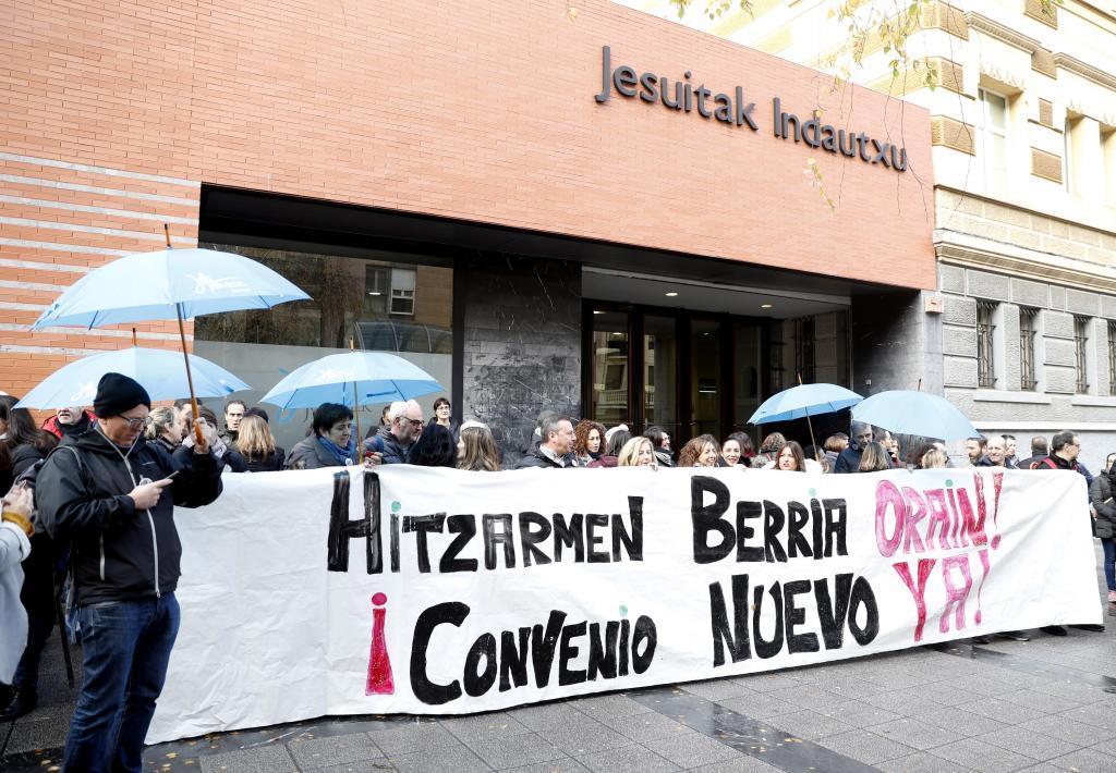 Concentración ante uno de los colegios afectados por la huelga de la enseñanza concertada.