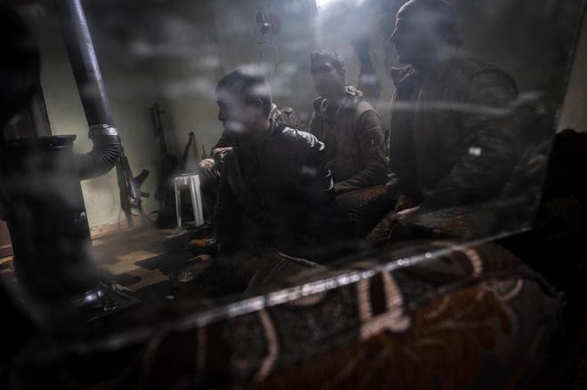 El comandante Adnan con combatientes kurdosirios en el cuartel general del Consejo Militar.
