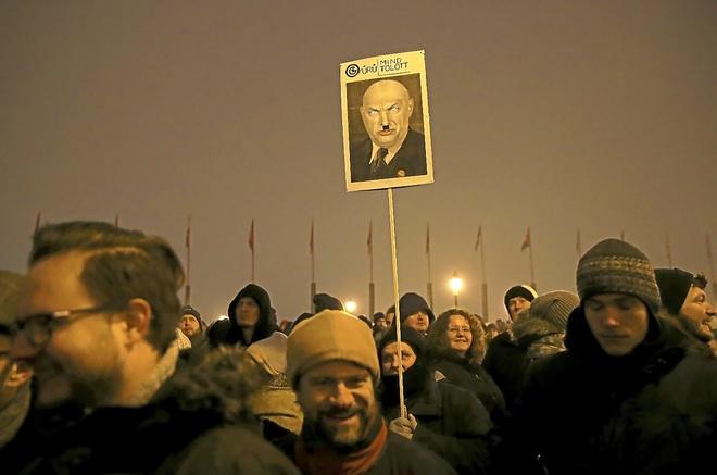 Una pancarta con el rostro desfigurado de Viktor Orban, en Budapest.