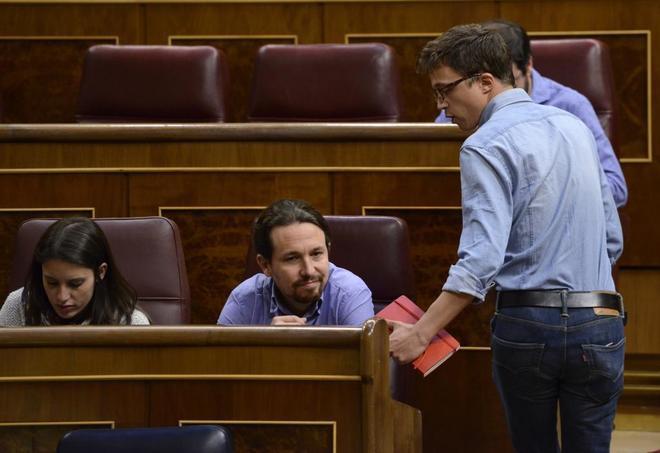 El secretario general de Podemos, Pablo Iglesias, conversa con el diputado de Podemos, Íñigo Errejón