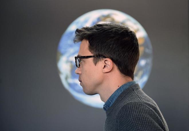 El candidato a la Comunidad de Madrid, Íñigo Errejón, durante una visita al planetario de Madrid