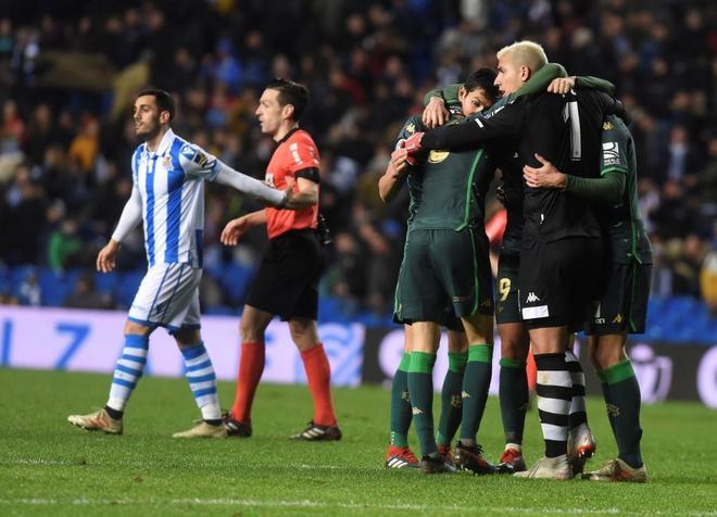 Los jugadores del Betis celebran su clasificación para cuartos de final de la Copa.