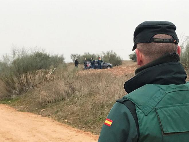 Agentes de la Guardia Civil, en el lugar donde fue encontrado el cuerpo sin vida de la joven.