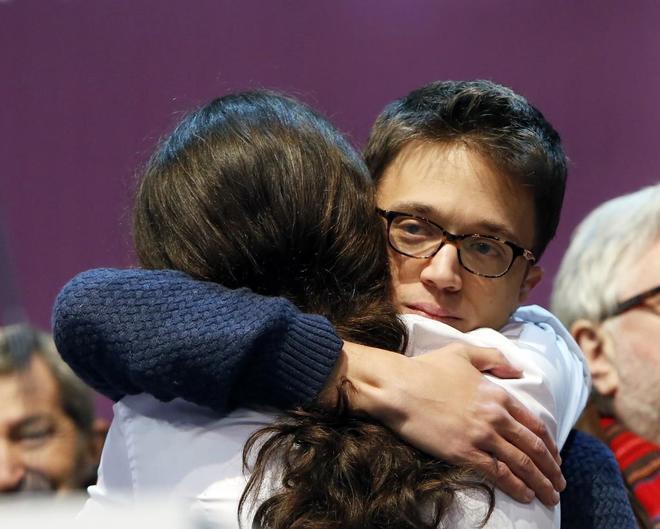 Pablo Iglesias e Íñigo Errejón se abrazan durante el congreso de...