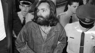 Charles Manson en 1969, durante su juicio en Los Ángeles.