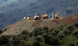 Trabajos de retirada de tierra en torno al pozo donde está atrapado...