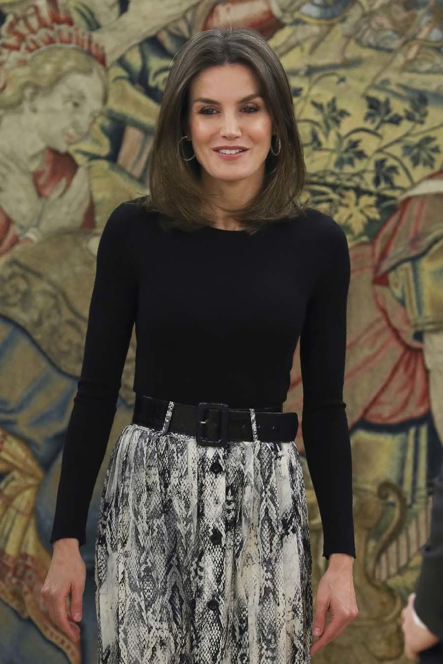 Letizia ha combinado su nueva falda de  rebajas de Zara con un jersey...