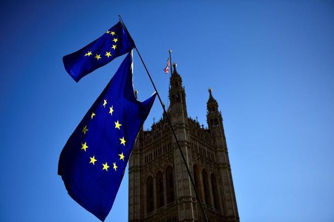 Banderas de la Unión Europea ondean ante el edificio del Parlamento en Londres.